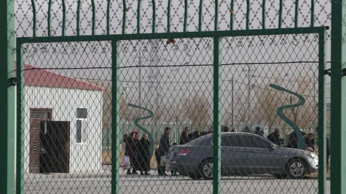 Pemerintah China dikabarkan ambil sejumlah langkah untuk tekan jumlah populasi etnis Uighur. Mulai dari memaksa wanita Uighur gunakan kontrasepsi hingga aborsi.