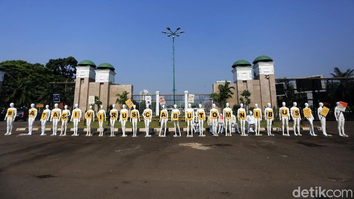 Sejumlah aktivis greenpeace menyiapkan manekin saat akan melakukan aksi damai di depan Gedung DPR, Jakarta, Senin (29/6/2020). Dalam aksinya mereka menolak undang-undang omnibus law cipta kerja.