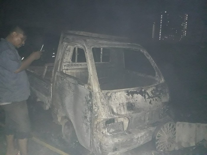 Mobil ikut terbakar dalam kebakaran di kawasan padat penduduk di Cengkareng, Jakbar.
