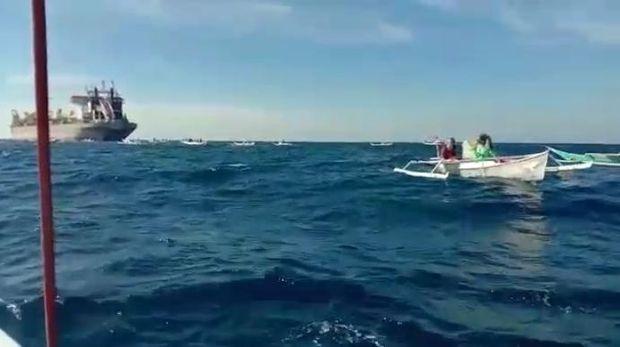 Nelayan di Laut Makassar mengepung kapal penambang pasir (dok. Istimewa).