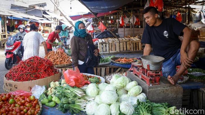 Pandemi Corona membuat omzet pedagang di Pasar Kemiri Muka, Depok, Jawa Barat, turun drastis. Pedagang mengeluhkan sepinya para pembeli yang dayang.