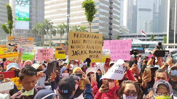 Orang tua murid demo Kemendikbud terkait syarat usia PPDB DKI