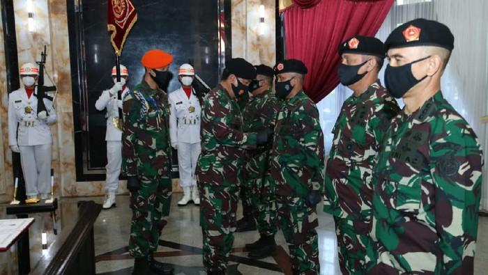 Panglima TNI Marsekal TNI Hadi Tjahjanto menerima penyerahan jabatan Dankoopssus TNI Mayjen TNI Rochadi.