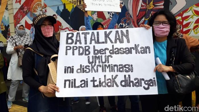 Para orang tua dan wali murid berunjukrasa di depan Kemendikbud, Jakarta.