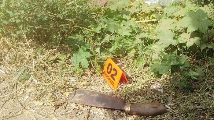 Parang dan balok yang ditemukan polisi di dekat penemuan mayat di Gowa, Sulsel (Mawan-detikcom).