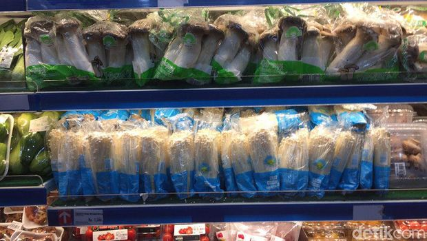 Pedagang pasar tradisional maupun modern di Surabaya enggan menjual jamur enoki