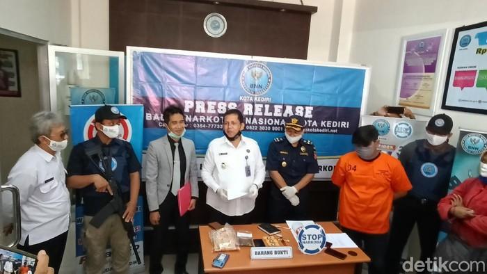 Seorang mahasiswa di Kota Kediri ditangkap karena mengkonsumsi ganja. Kepada petugas, ia mengaku mengonsumsi barang terlarang itu karena depresi.