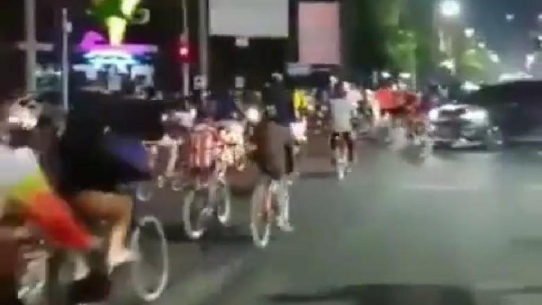 Pesepeda terobos lampu merah.