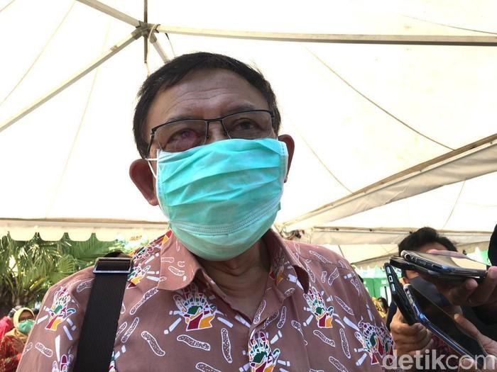 Wali Kota Surabaya Tri Rismaharini sujud di kaki Ketua Tim Penyakit Infeksi Emerging dan Remerging (Pinere) RSU dr Soetomo, dr Sudarsono. Aksi itu terjadi saat audiensi bersama Ikatan Dokter Indonesia (IDI) Jatim dan Surabaya.