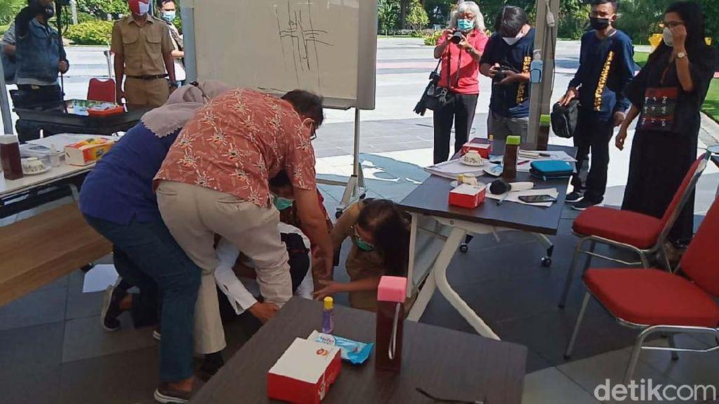 Aksi Sujud Risma Soal Corona yang Hebohkan Surabaya