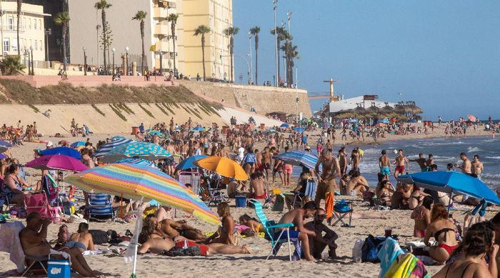Usai mencabut keadaan darurat pada (21/6) lalu, Spanyol langsung melonggarkan lockdown. Hasilnya, Pantai Cadiz diserbu wisatawan.