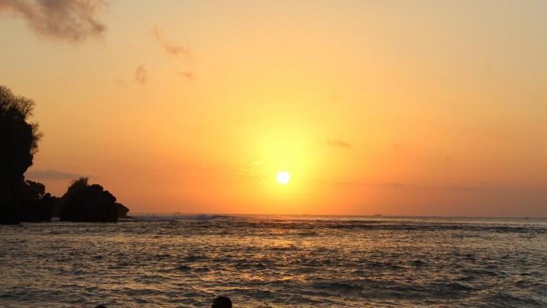 Senja yang Syahdu di Pantai Padang Padang Bali