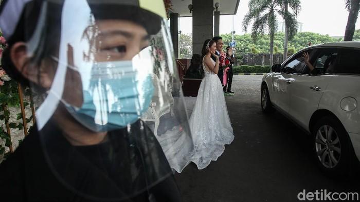 Wedding drive thru kini menjadi pilihan pasangan yang ingin menikah di masa pandemi. Seperti apa sih penampakannya? Penasaran?