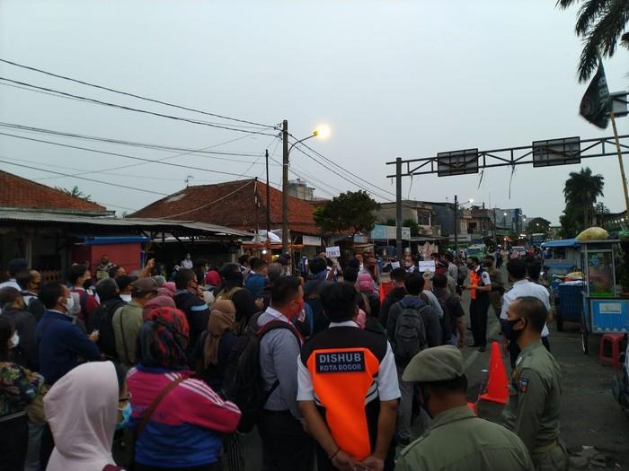 Stasiun Bogor, Senin 29 Juni 2020, pukul 06.00 WIB. (Sachril AB/detikcom)
