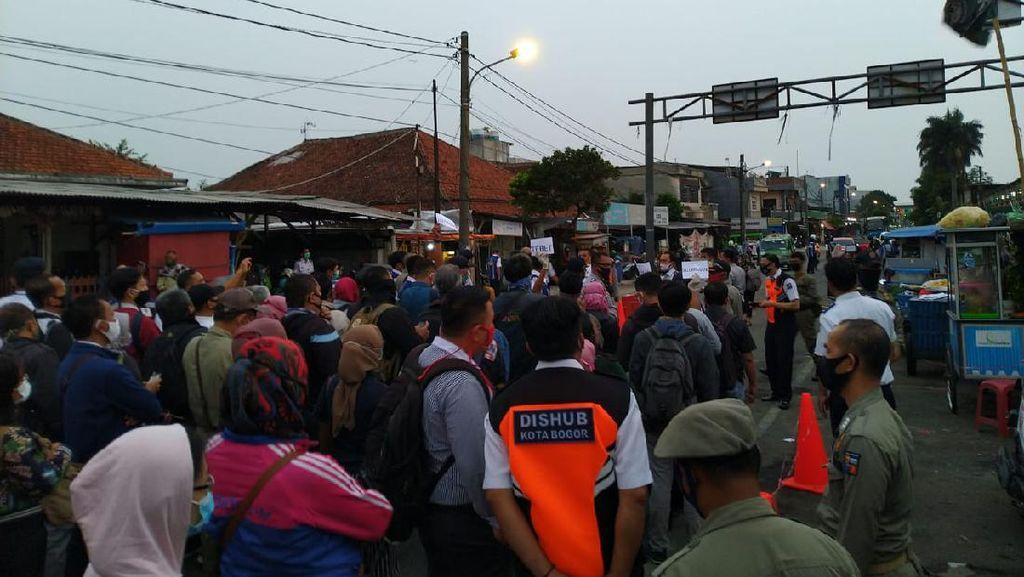 Di Stasiun Bogor, Warga Antre Naik Bus Gratis ke Jakarta