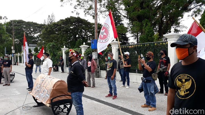 Suasana aksi Forum Elemen Nasionalis Marhaenis di Titik Nil Kilometer Yogyakarta, Senin (29/6/2020).