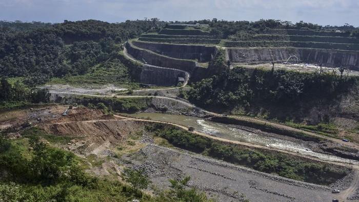 Aktivitas pembangunan Bendungan Leuwikeris di Kabupaten Ciamis, Jawa Barat, Senin (29/6/2020). Pembangunan Bendungan Leuwikeris yang berbatasan dengan Kabupaten Ciamis itu nantinya akan menampung  81,44 juta meter kubik air sebagai sumber irigasi lahan seluas 11.950 hektare serta dijadikan Pembangkit Listrik Tenaga Air (PLTA), obyek wisata dan juga konservasi air tanah. Pembangunan sudah mencapai 54 persen dengan target rampung pada 2021 mendatang. ANTARA FOTO/Adeng Bustomi/pras.