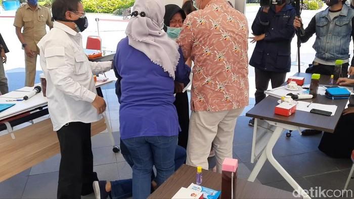 Wali Kota Surabaya Tri Rismaharini sujud sambil menangis di hadapan Ikatan Dokter Indonesia (IDI). Bahkan, Risma sampai dua kali sujud.
