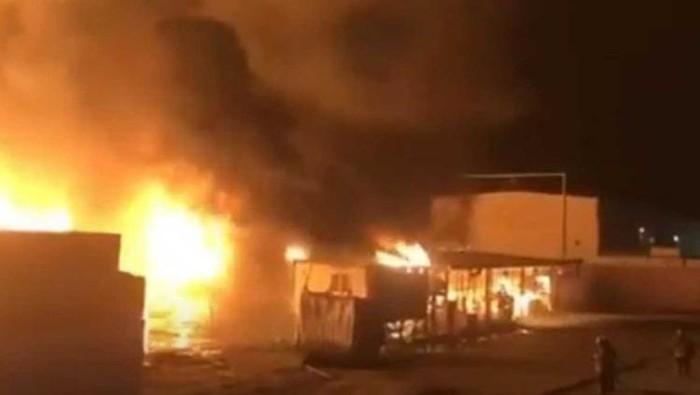 3.000 mobil baru terbakar di pelabuhan Kuwait.