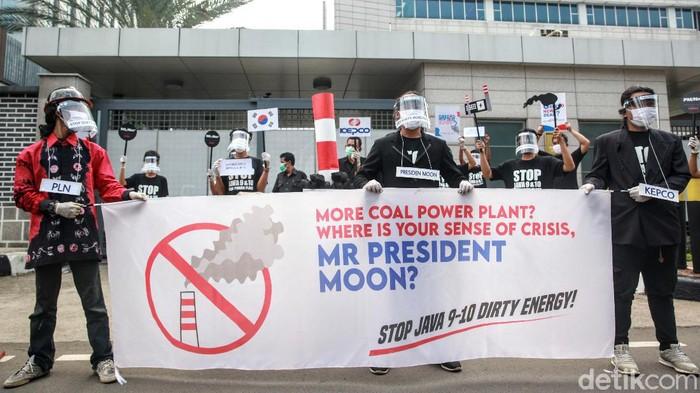 Sejumlah aktivis lingkungan berdemo di Kedubes Korea Selatan di Jakarta. Mereka mengecam perusahaan listrik Korsel yang mendanai proyek PLTU Jawa 9 & 10 di Banten.