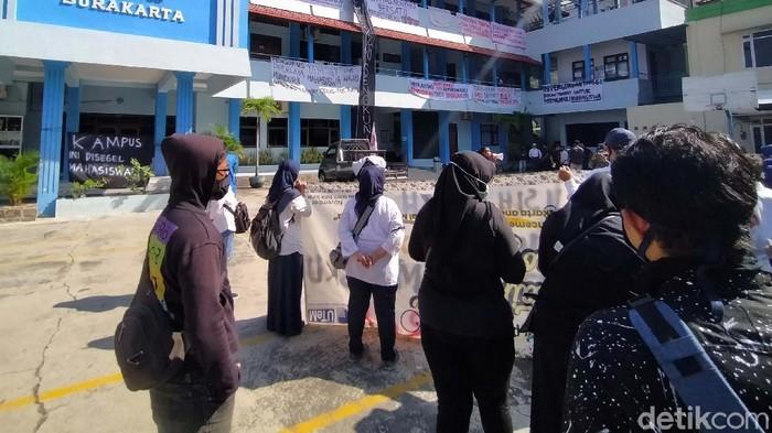 Massa yang terdiri dari mahasiswa dan civitas kampus Universitas Islam Batik (Uniba) Solo berunjuk rasa. Rektor Uniba Dr Pramono ikut berdemo dan melepas seragam.