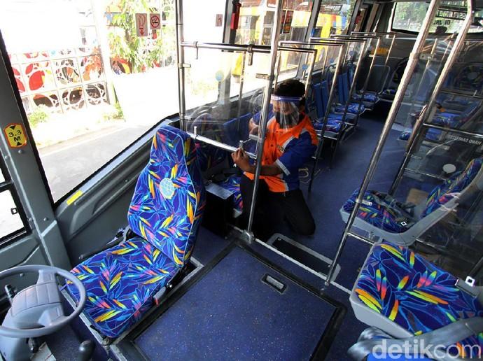 Sejumlah protokol kesehatan diterapkan di dalam bus Batik Solo Trans. Mulai dari memasang sekat plastik hingga tanda silang untuk terapkan physical distancing.