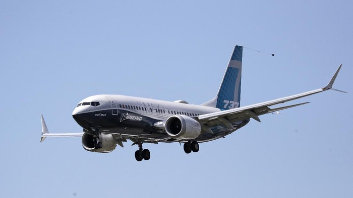 A Boeing 737 MAX jet heads to a landing at Boeing Field following a test flight Monday, June 29, 2020, in Seattle. The jet took off from Boeing Field earlier in the day, the start of three days of re-certification test flights that mark a step toward returning the aircraft to passenger service. The Federal Aviation Administration test flights over the next three days will evaluate Boeings proposed changes to the automated flight control system on the MAX, a system that activated erroneously on two flights that crashed, killing 346 people. (AP Photo/Elaine Thompson)