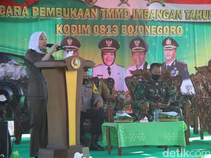 Bupati Bojonegoro Anna Muawanah membuka TNI Manunggal Membangun Desa (TMMD) Imbangan Tahun Anggaran 2020. Pembukaan digelar di lapangan Desa Lebaksari, Kecamatan Baureno.
