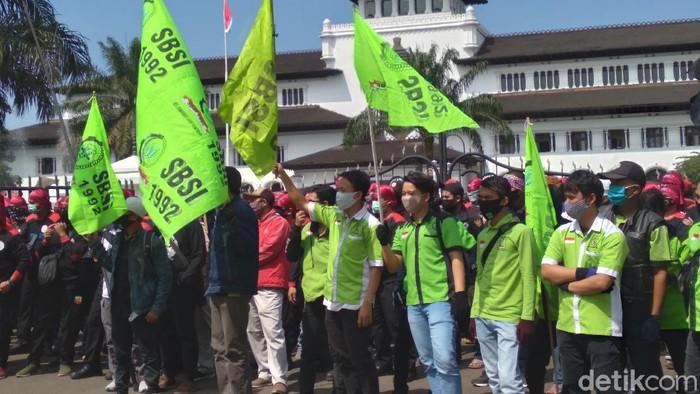 Demo buruh di depan Gedung Sate