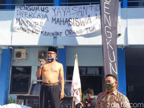 Demo di Universitas Islam Batik (Uniba) Solo, Selasa (30/6/2020).