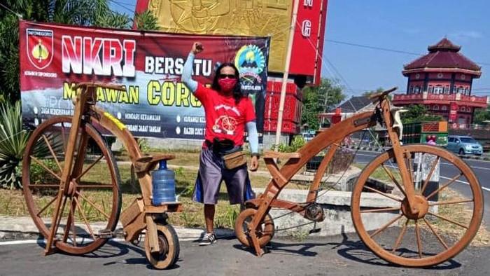 Seorang warga di Klaten menyulap limbah kayu mebel menjadi sepeda. Bentuk sepedanya yang unik dan tak biasa membuat sepeda itu pernah ditawar seharga Rp 15 juta