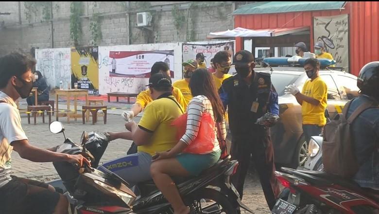 Komunitas Calsic bagi-bagi masker ke warga saat merayakan hari jadi