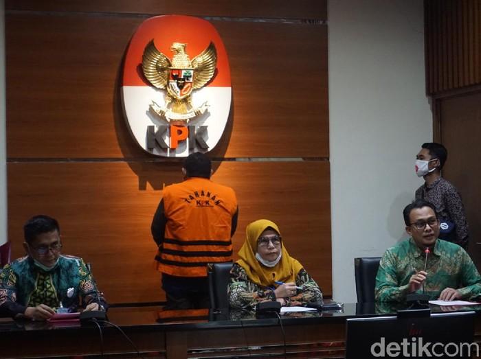 KPK menahan tersangka kasus dugaan korupsi terkait pengadaan Ruang Terbuka Hijau (RTH) di Pemkot Bandung pada 2012, Dadang Suganda (Ibnu Hariyanto/detikcom)