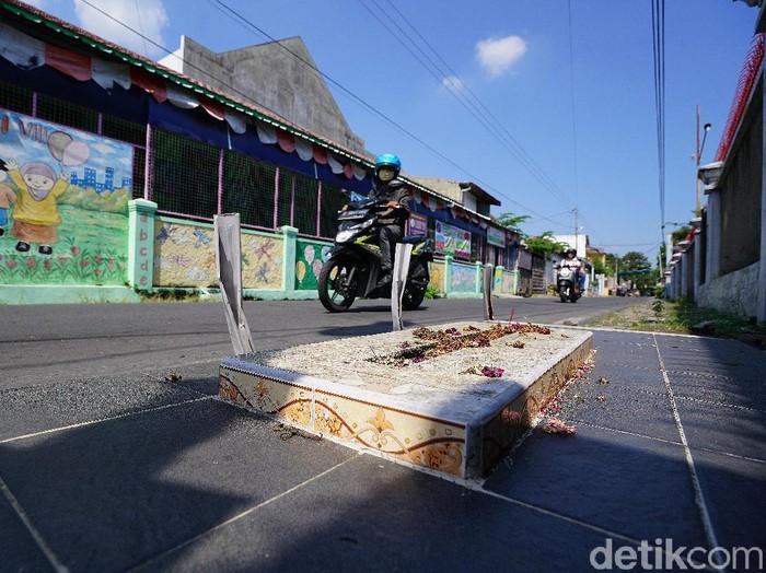 Makam di pinggir jalan kampung Kota Solo, Selasa (30/6/2020).