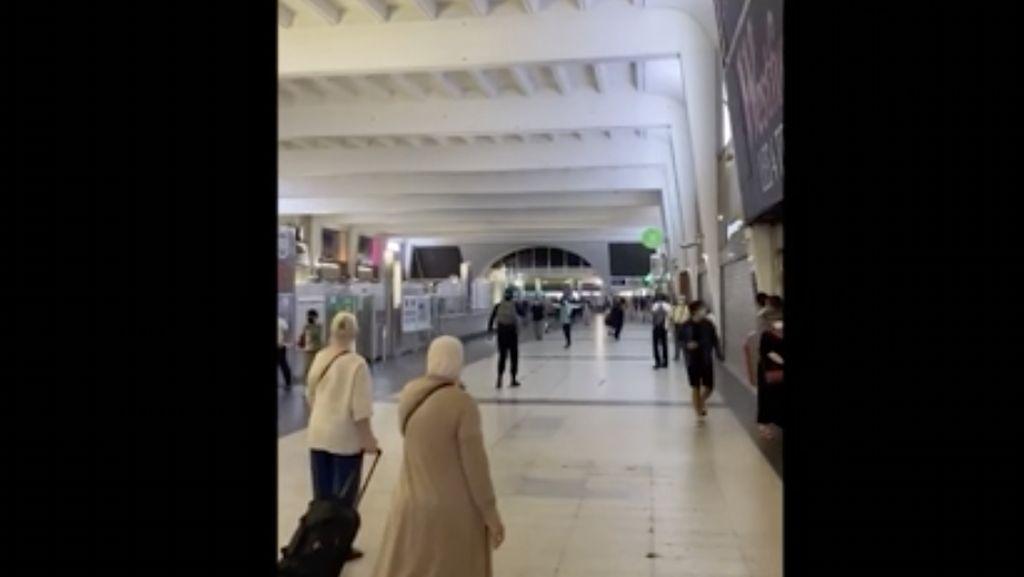 Video Kepanikan di Mal Paris Gegara Isu Pria Tenteng Senjata