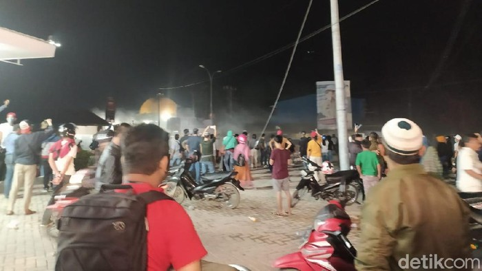 Massa aksi tolak kedatangan TKA China di Kendari dipukul mundur polisi (Sitti-detikcom).
