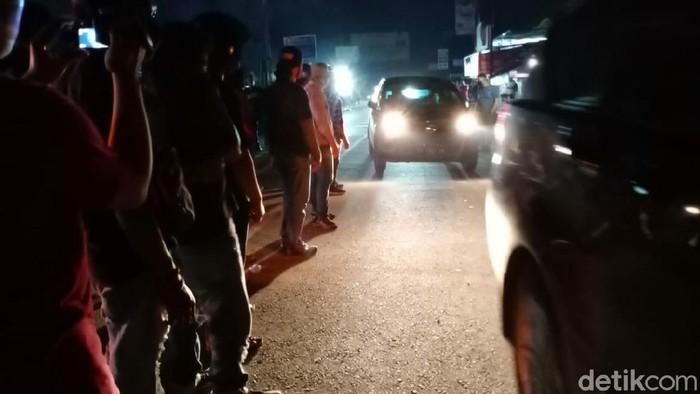 Massa tolak TKA di Kendari lakukan sweeping kendaraan.