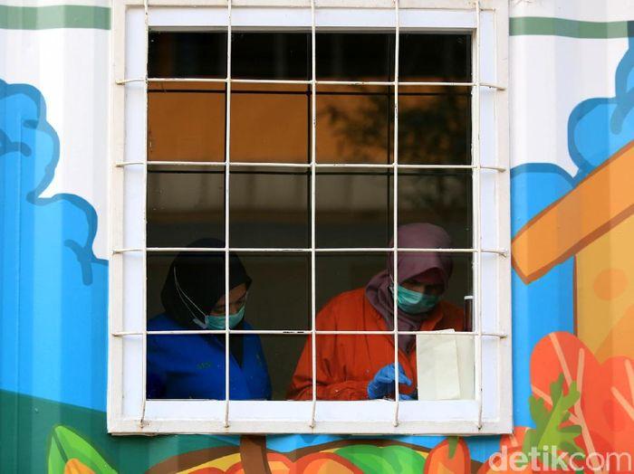 Sebuah laboratorium kontainer berada di halaman Rumah Sakit Duren Sawit, Jaktim. Laboratorium itu diketahui jadi lokasi penelitian spesimen COVID-19.
