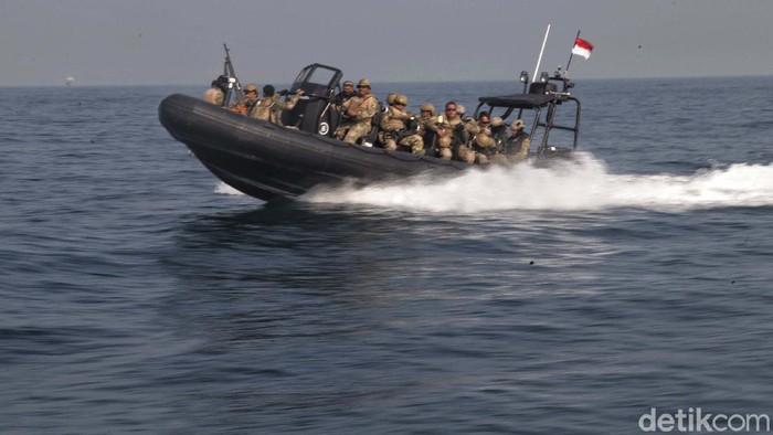 Pasukan Kopaska (Komando Pasukan Kayak) TNI AL Koarmada 1 menggelar puncak Latihan Perang Laut Khusus. Lihat yuk aksi mereka membebaskan sandera.