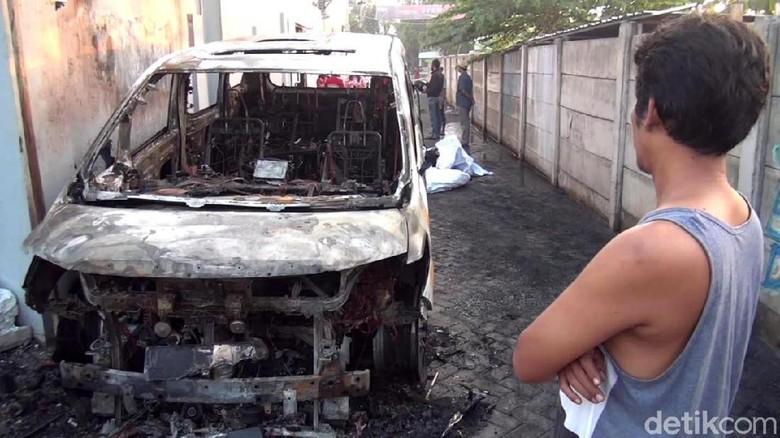 Mobil Alphard warna putih milik Via Vallen terbakar. Mobil bernopol W 1 VV itu diduga dibakar orang tak dikenal sekitar pukul 03.20 WIB, Selasa (30/6/2020).