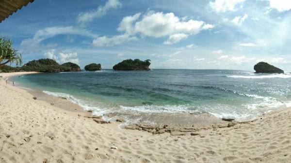 Bicara soal surga para pecinta surfing, Pantai Watu Karung di Pacitan juga tak boleh dilewatkan. Ombaknya yang tinggi siap menantang setiap pelancong yang datang. (Rivan Pandu/dTraveler)