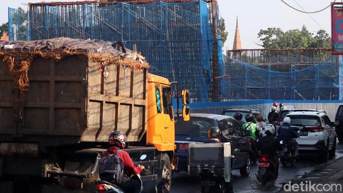 Pembangunan flyover di Jalan Jakarta, Bandung, kembali dilanjutkan. Imbas dari pembangunan itu Jalan Jakarta menuju Jalan WR Supratman alami kepadatan kendaraan