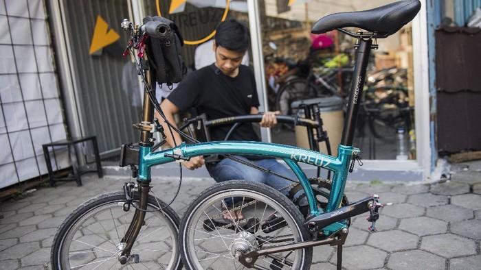 Karyawan mengukur rangka (frameset) sepeda lipat Kreuz di Bandung, Jawa Barat, Senin (29/6/2020). Sepeda lipat Kreuz dengan model yang terinspirasi merk sepeda Brompton ini merupakan karya dari sejumlah pemuda Bandung. Workshop UMKM sepeda lipat Kreuz tersebut mampu memproduksi frameset sebanyak 10-15 buah per bulannya dengan harga jual Rp3,5 juta dan antrean pemesanannya hingga Mei 2022. ANTARA FOTO/M Agung Rajasa/pras.