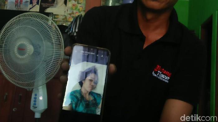 Purwanto menunjukkan foto kakaknya Surani, TKW yang viral disekap tanpa makan dan terpaksa minum air bak mandi di Jeddah, Arab Saudi