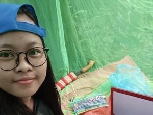 Demi Sinyal untuk Kuliah Online, Mahasiswi Ini Rela Bertenda di Tengah Hutan