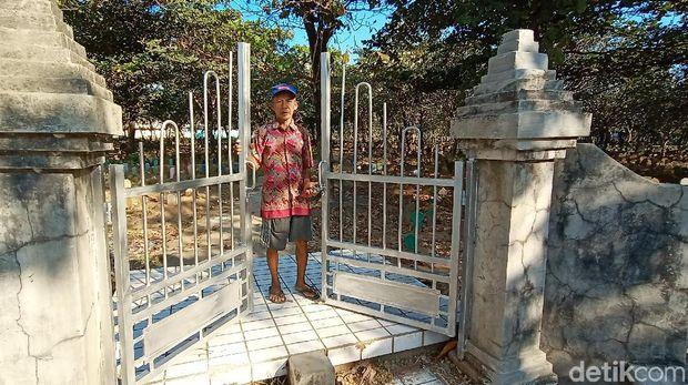 Salah satu penjaga makam menunjukkan pintu masuk makam Krapyak, Kudus yang sudah terpasang gembok, Selasa (30/6/2020).