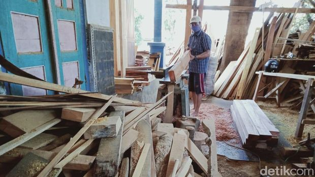Sarijo di bengkel limbah kayu tempatnya bekerja