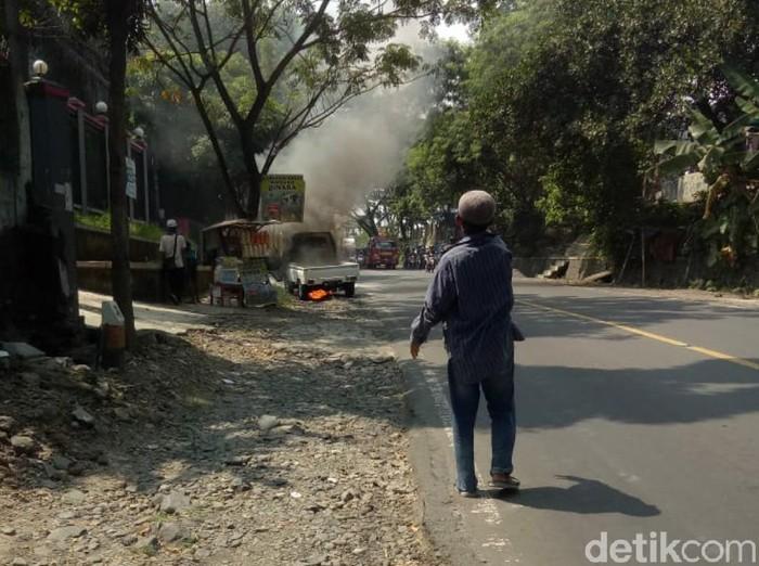 Sebuah mobil pikap terbakar di pinggir jalan Cianjur