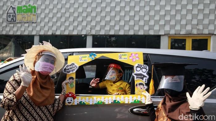 Para siswa playgroup Rumah Main-main (RMM) di Bintaro melakukan wisuda drive thru. Wisuda drive thru tersebut dilakukan di dalam mobil.
