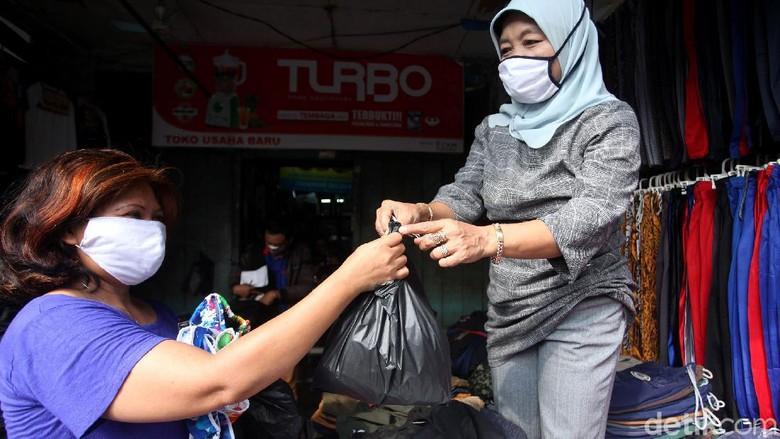 Pemprov DKI Jakarta melarang penggunaan kantong plastik seklai pakai di mal hingga pasar. Larangan itu mulai diberlakukan pada 1 Juli 2020 mendatang.